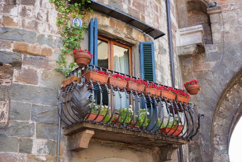 Den pittoreska blomman dekorerade balkongen i den medeltida staden Lucca i Italien royaltyfri fotografi