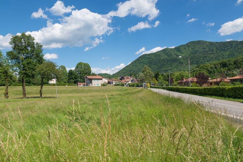 Den pittoreska byn i nordliga Italien, på kanten av den Campo deien regionala Fiori parkerar, den Azzio staden - landskap av Vare arkivfoto
