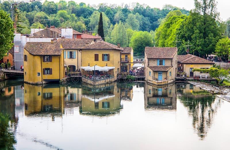 Den pittoreska byn på flodbanken, Borghetto sul Mincio, Verona, Italien Det är en liten by av kommunen av Valeggio su royaltyfria foton