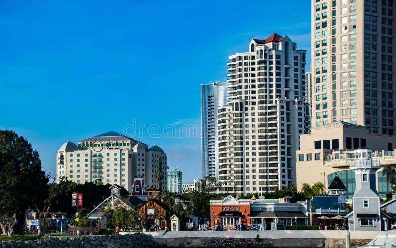 Den pittoreska hamnstadbyn som ställa i skuggan av Skyscapersen i San Diego royaltyfri bild