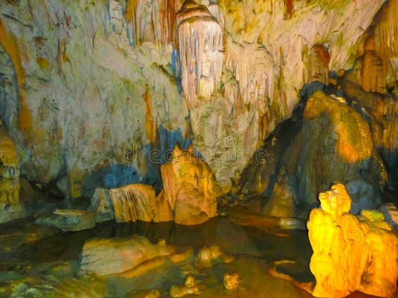 Den pittoreska karsten presenterar upplyst i grottan, Postojna grotte royaltyfri fotografi