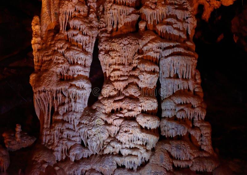 Den pittoreska kolonnen formar i den Soreq grottan, Israel royaltyfri fotografi