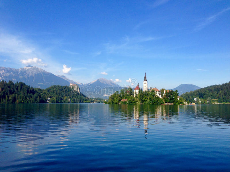 Den pittoreska kyrkliga ön på sjön blödde, Slovenien royaltyfria foton