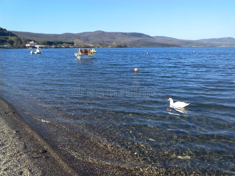 Den pittoreska sjön Bracciano i Italien arkivfoton