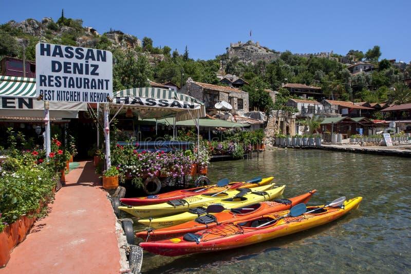 Den pittoreska sjösidastaden av Kalekoy lokaliserade på den medelhavs- turken royaltyfria bilder