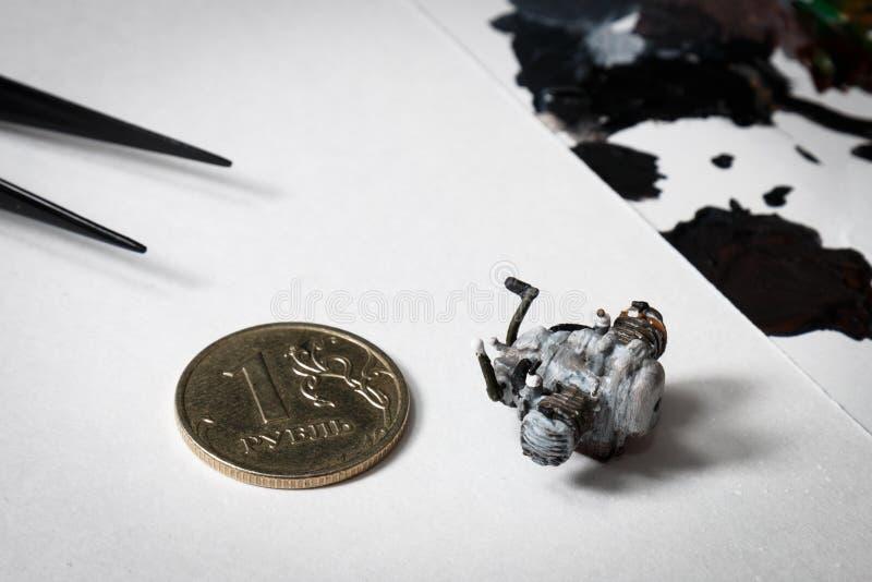 Den plast- modellen av motorcykelmotorn målade vid handen arkivbild