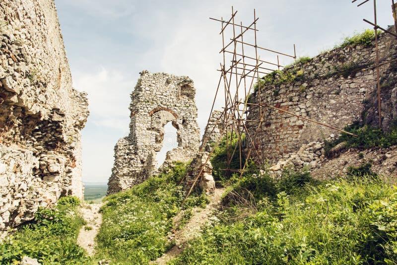 Den Plavecky slotten i den slovakiska republiken, fördärvar med materialet till byggnadsställning fotografering för bildbyråer