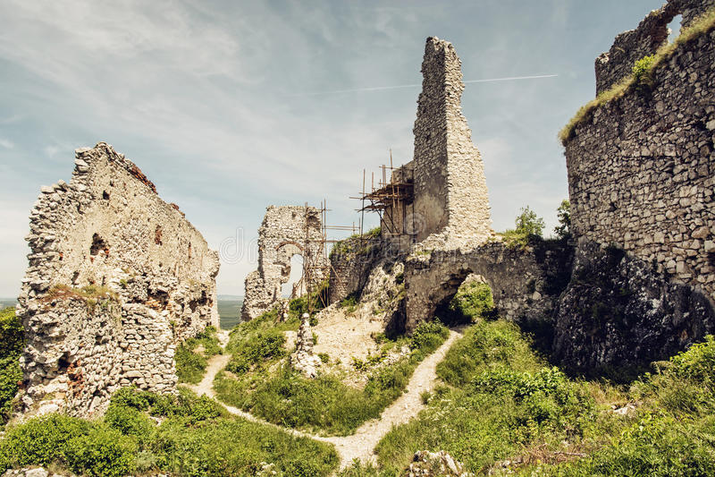 Den Plavecky slotten i den slovakiska republiken, fördärvar med materialet till byggnadsställning, trav royaltyfria foton