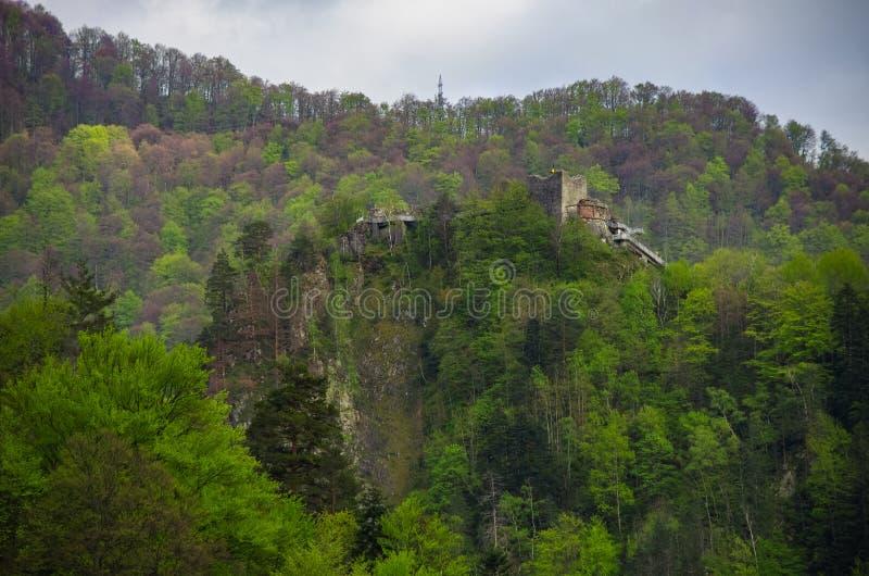 Den Poenari f?stningen ?r den Vlad Tepes slotten, prins av medeltida Wallachia arkivfoton