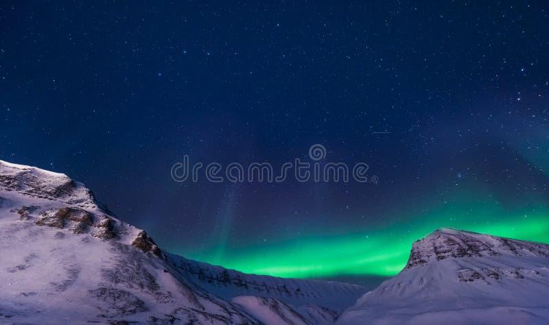 Den polara arktiska för norrskenhimmel för nordliga ljus stjärnan i Norge Svalbard i Longyearbyen stadsberg royaltyfria foton