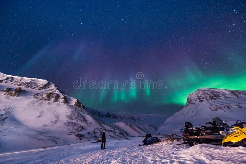 Den polara arktiska för norrskenhimmel för nordliga ljus stjärnan i Norge Svalbard i Longyearbyen stadsberg arkivfoton