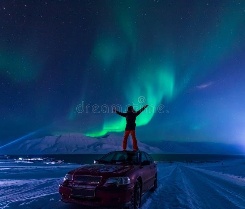 Den polara arktiska stjärnan för himmel för norrsken för nordliga ljus för man i Norge Svalbard i berg för Longyearbyen stadsmåne royaltyfria foton
