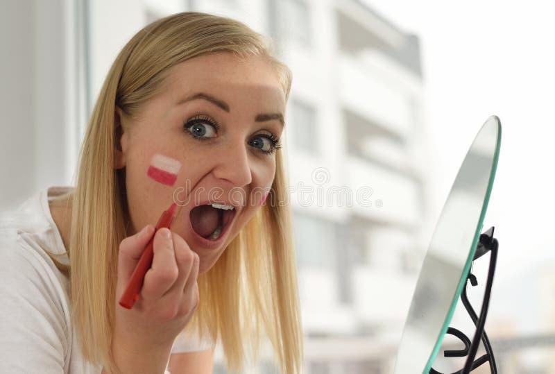 Den polska fanen hurrar fotbollslaget arkivfoto