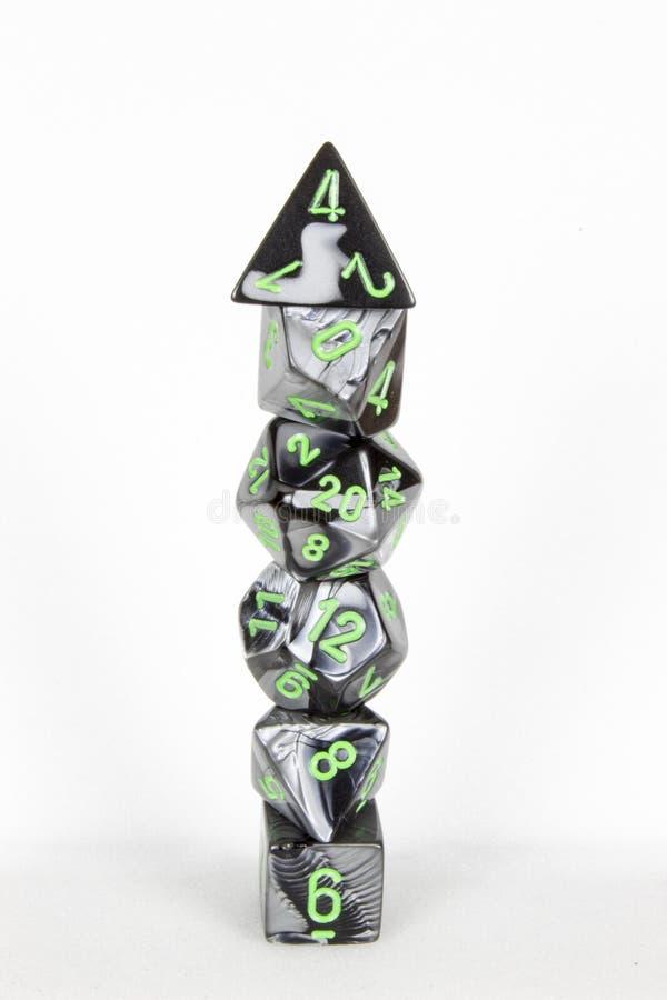 Den Poly tärningen står högt svart vitt och grönt arkivfoton