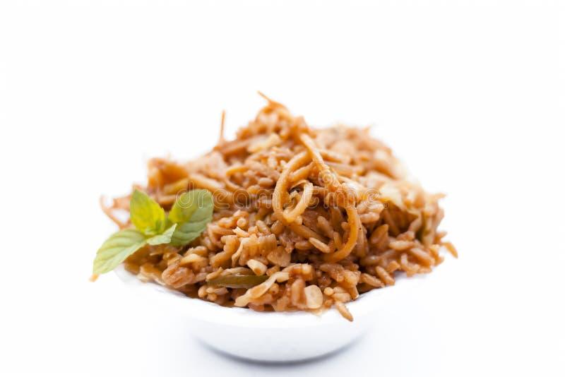 Den populära kinesiska eller thailändska maträtten Chowman stekte rismaträtten i en bunke som isolerades på vit fotografering för bildbyråer