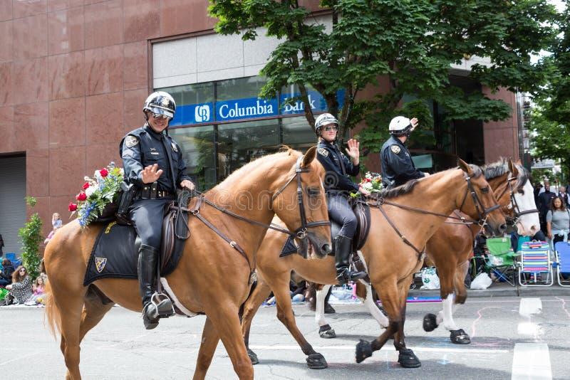 Den Portland polisdeltagaren i storslaget blom- ståtar arkivfoton