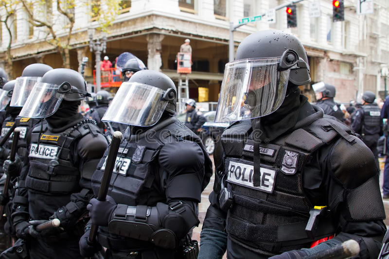 Den Portland polisen i tumult utrustar protesten N17 royaltyfria bilder