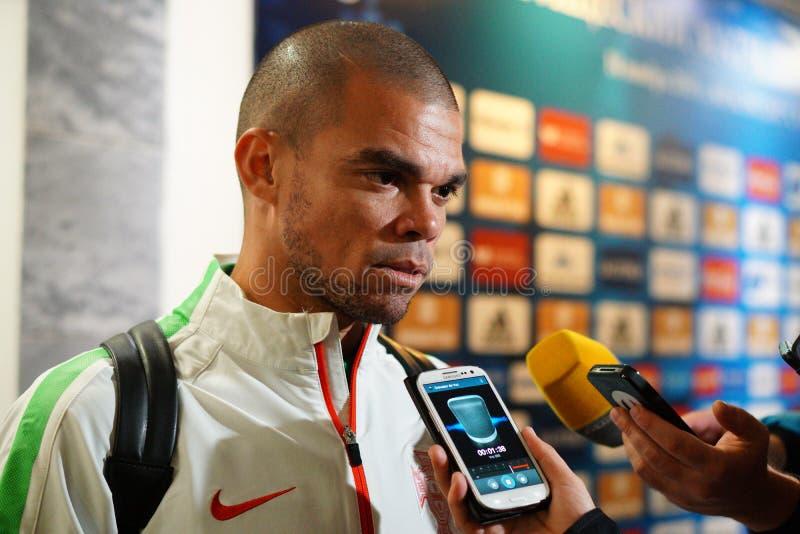 Den Portugal försvararen Pepe ger en intervju efter matchen mot Ryssland arkivbild