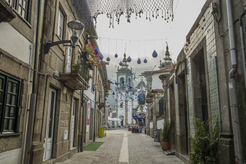 Den portugisiska gatan dekorerade för de festliga säsongerna, minho, port royaltyfri bild