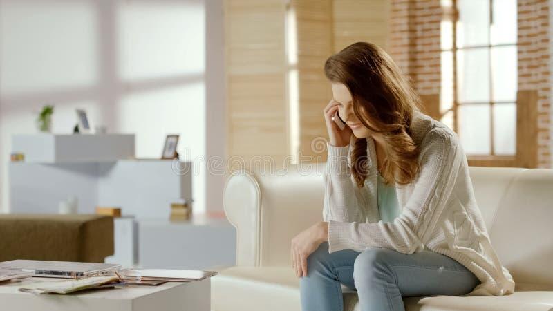 Den positiva flickan som talar på mobiltelefonen med vännen, angenäm konversation, vilar royaltyfria bilder