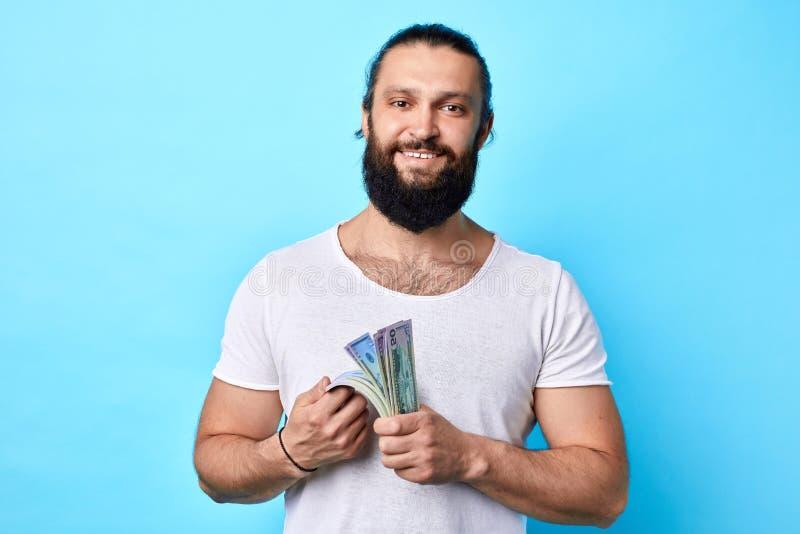 Den positiva mannen undervisar dig till earmnpengar utan försök royaltyfria bilder