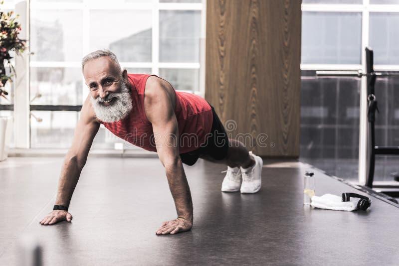 Den positiva pensionären spenderar tid i idrotts- mitt arkivfoton