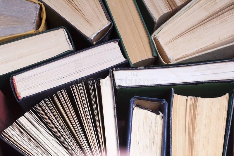 Den ?ppna boken, inbunden bok bokar p? tr?tabellen books isolerat gammalt f?r begrepp utbildning tillbaka skola till Kopiera utry arkivfoto