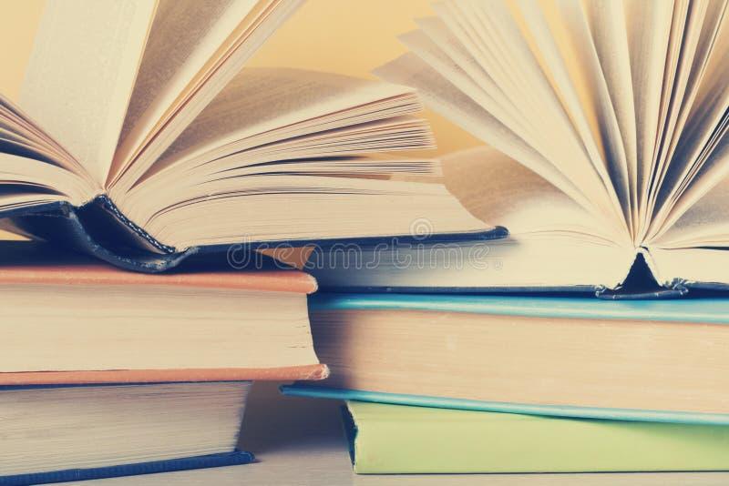 Den ?ppna boken, inbunden bok bokar p? tr?tabellen books isolerat gammalt f?r begrepp utbildning tillbaka skola till royaltyfri fotografi