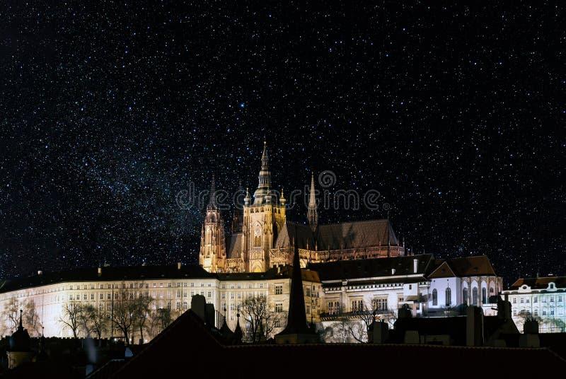 Den Prague slotten på natten, med stjärnor fyllde himmel royaltyfria foton