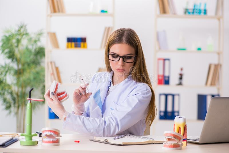 Den praktiserande expertisen för tandläkekonststudent i klassrum arkivbilder