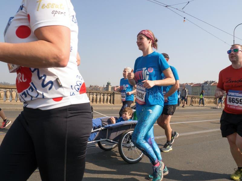 Den prestigefulla rinnande loppSportisimo Prague halva maraton arkivfoton