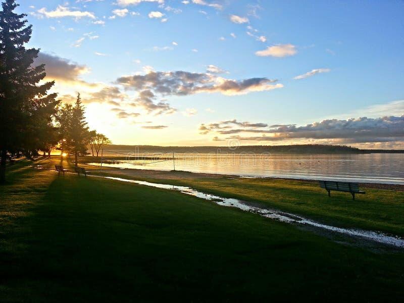 Den provinsiella Greenwater sjön parkerar solnedgång över sjön royaltyfria foton