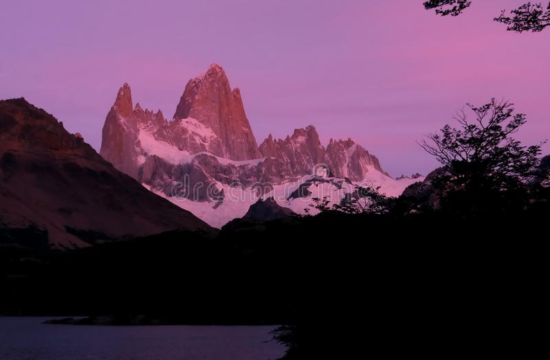 Den purpurfärgade ogenomskinligheten av nytt gry för dag fotografering för bildbyråer