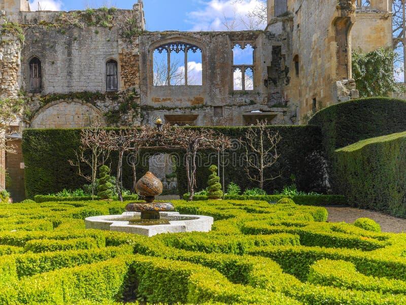 Den QueensträdgårdSudeley slotten Winchcombe Cotswolds royaltyfri foto