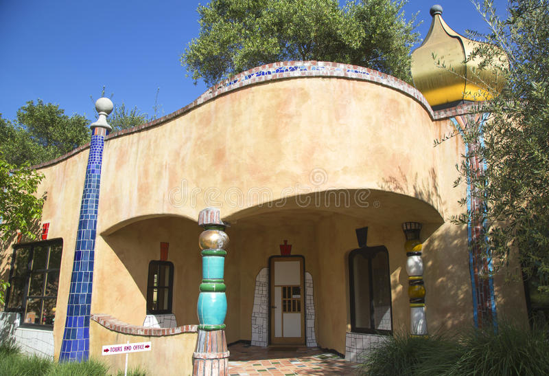 Den Quixote vinodlingen i Napa Valley byggde vid den wienska arkitekten Friedensreich Hundertwasser royaltyfri foto