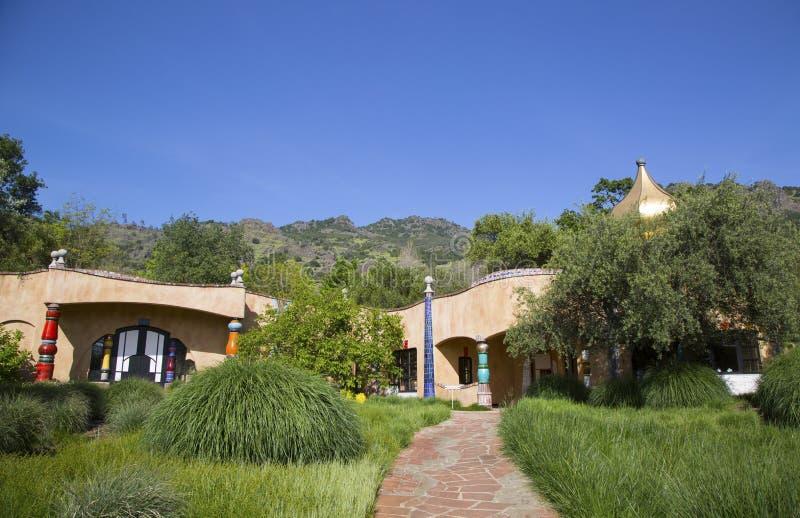 Den Quixote vinodlingen i Napa Valley byggde vid den wienska arkitekten Friedensreich Hundertwasser arkivfoto