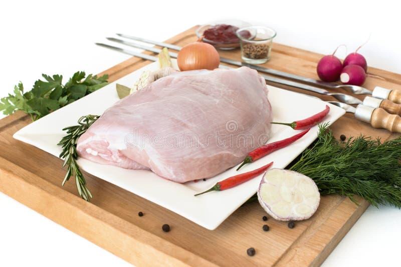 Den rå kalkonköttfilén, fegt bröst, bantar vitt kött på ett svart stenbräde, med varm röd peppar arkivfoton