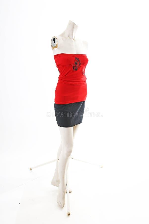 Den röda överkanten med den svarta kjolen på full kropp för skyltdocka shoppar skärm Kvinnamode utformar, kläder på vit studiobak fotografering för bildbyråer