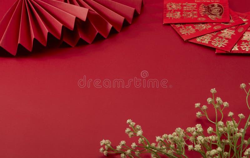 Den röda bakgrunden i temat för det kinesiska nyårtalet, med rött vikande fan och lyckliga pengar, Floret royaltyfri foto