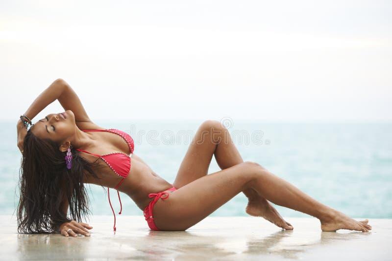 Den röda bikinistranden modellerar royaltyfria bilder