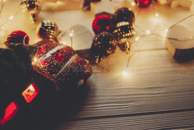 Den röda bilen leker med julträdet överst och enkla prydnader på w arkivbild