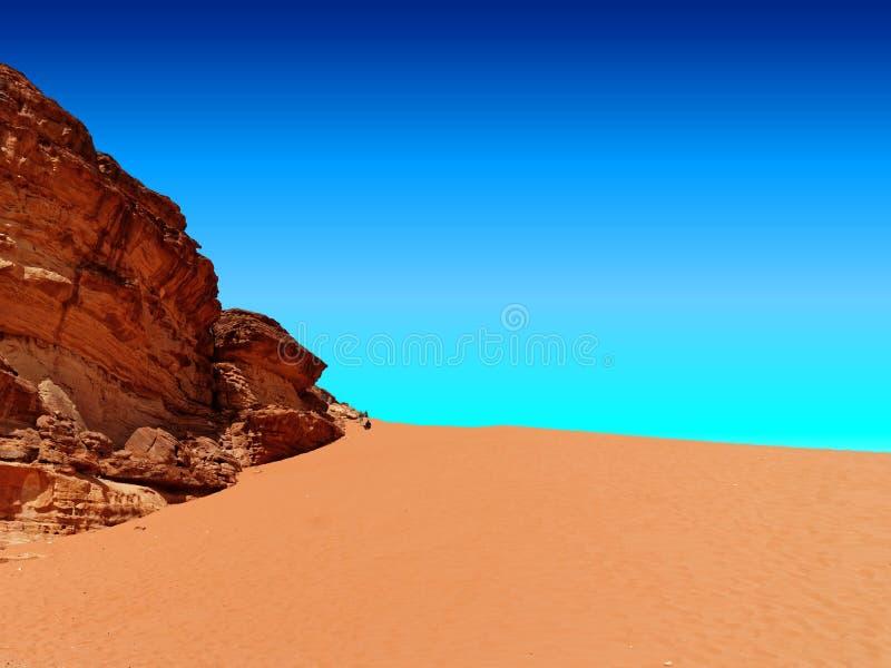 Den röda dyn i naturreserven av Wadi Rum, som turister gillar att klättra, bredvid en gigantisk monolit av röd sandsten royaltyfri bild