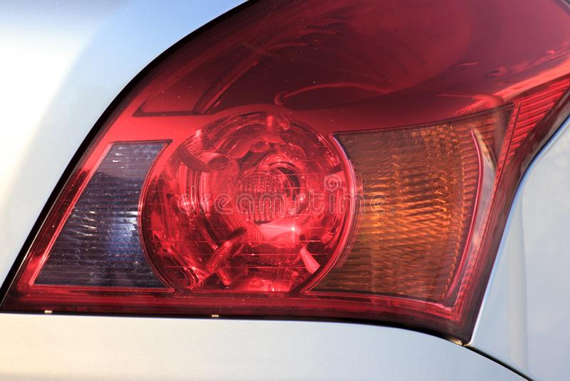 Den röda färgen av bilbromsarna färgerna grå bil och bromsljus beteckning av att bromsa, trafikregler fotografering för bildbyråer