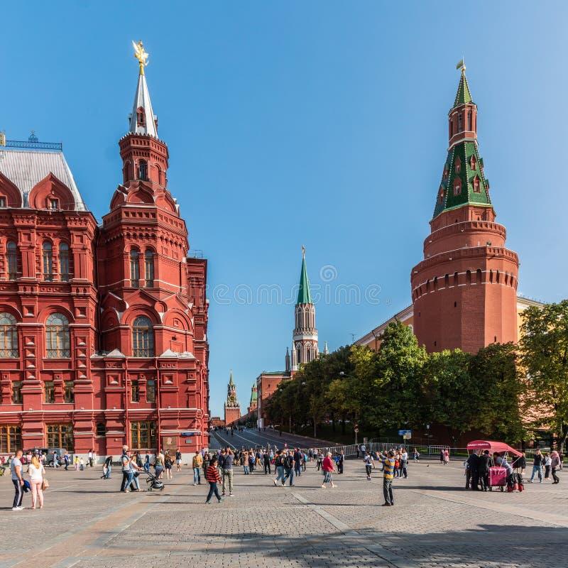 Den röda fyrkanten i Moskva en solig sommardag och talrika turister royaltyfria foton