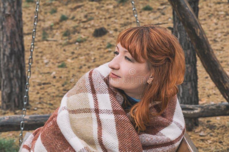 Den röda haired unga kvinnan på hösten parkerar arkivbilder