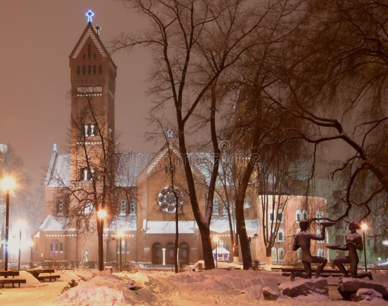 Den röda kyrkan i Minsk i aftonen tänder arkivfoton