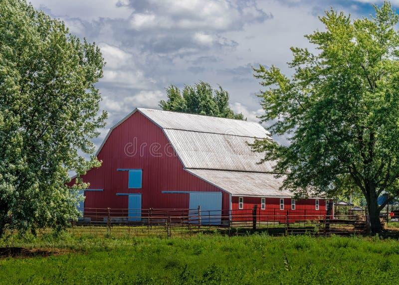 Den röda ladugården fotografering för bildbyråer