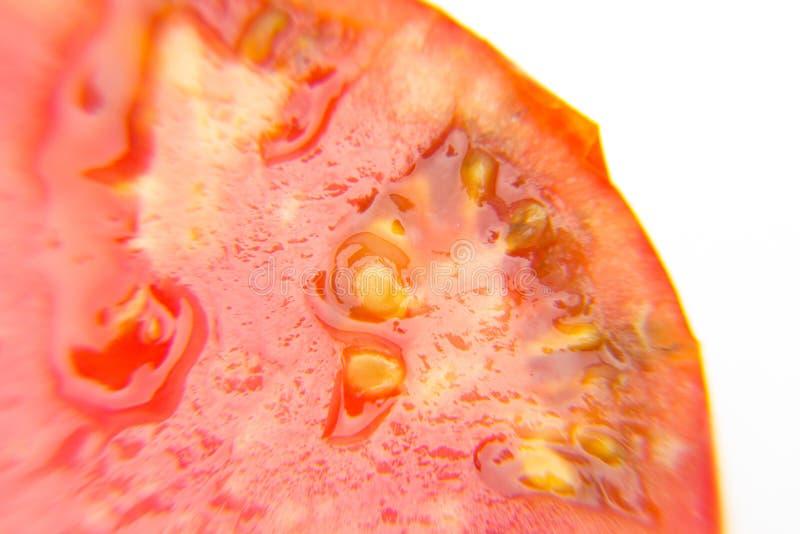 Den röda och mogna tomaten halverade arkivbilder