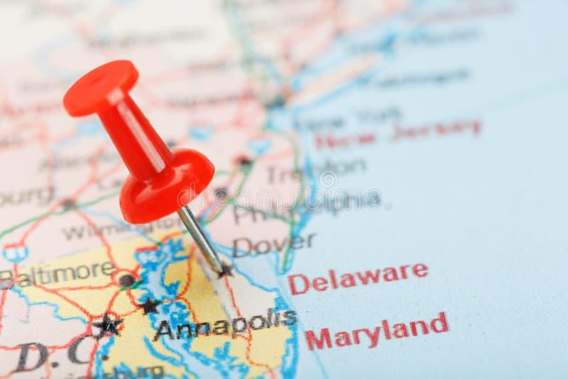 Den röda prästnålen på en karta över USA, South Delaware och huvudstaden Dover. Stäng kartan på Delaware Carolina med rött arkivbilder