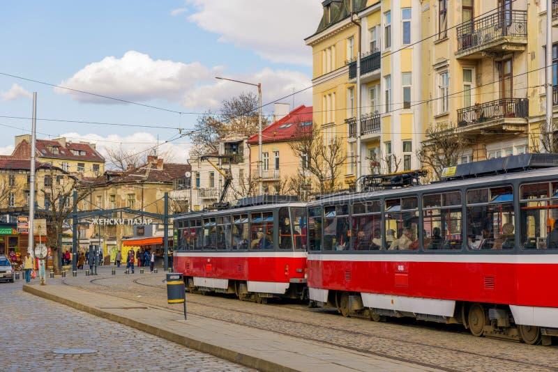 Den röda spårvagnen i Sofia, Bulgarien, fodrar 22 nära den Zhenski Pazar marknaden arkivfoto